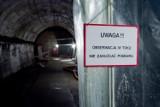 Turyści blisko podziemi pod zamkiem Książ