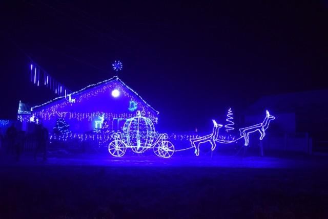 Rodzina Kluków przyozdobiła światełkami swoją posesję, tworząc magiczny klimat świąt