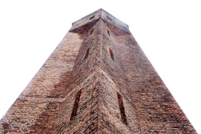 Wieża ma pięć kondygnacji. Powstała na planie wieloboku, zwęża się ku górze