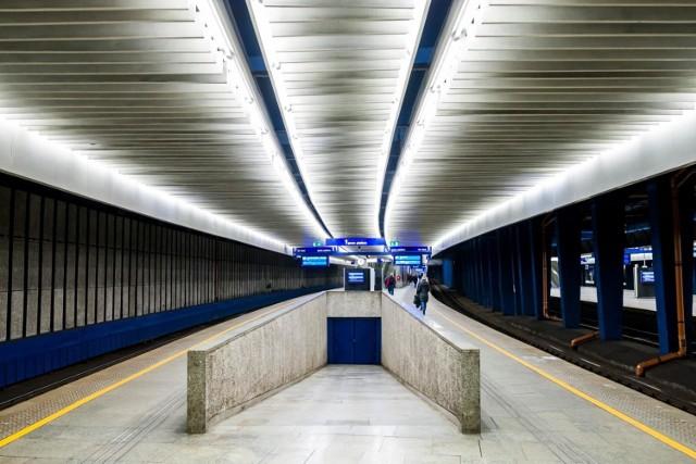 Polskie pociągi w ciągu jednego roku przewożą prawie 304 miliony pasażerów. Lepiej nie było od 15 lat! Co czwarty podróżny wyruszający w drogę, zaczyna lub kończy swoją podróż na jednym z 10 największych dworców. Które to? Zobacz w naszej galerii!
