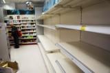 """Koronawirus w Polsce a szał zakupów. Konsumenci wykupują ze sklepów wszystko, co się da. """"Polacy pamiętają puste półki"""" - tłumaczy ekspert"""