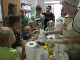 Podczas wakacyjnych warsztatów w filii biblioteki w Rudzie powstały kolorowe i smaczne muffinki ZDJĘCIA