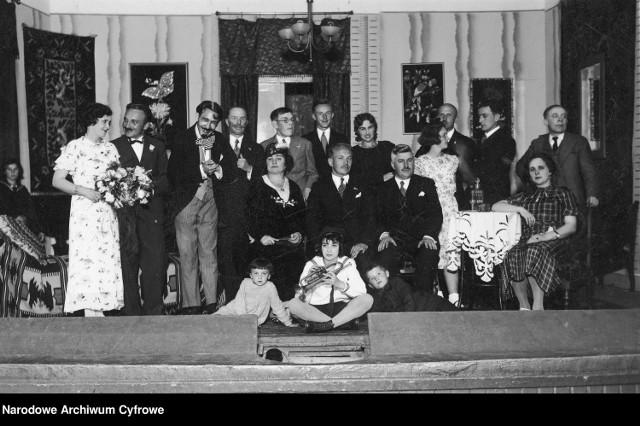 Jasło, 1920-1939, artyści występujący w przedstawieniu - fotografia grupowa.