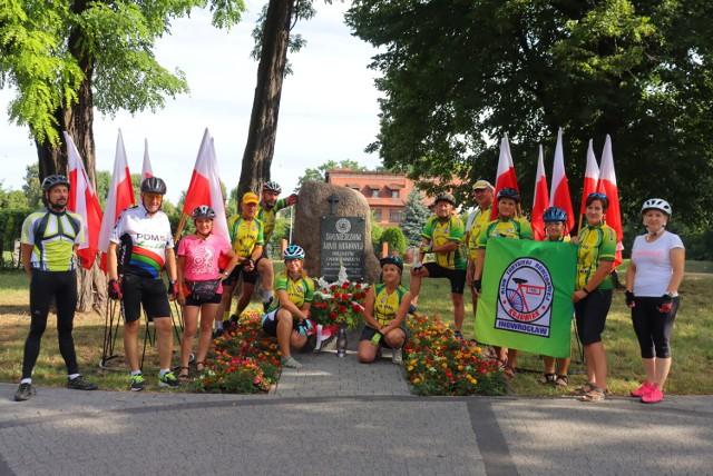 """Rowerzyści z """"Kujawiaka"""" Inowrocław pamiętali o Żołnierzach Armii Krajowej"""