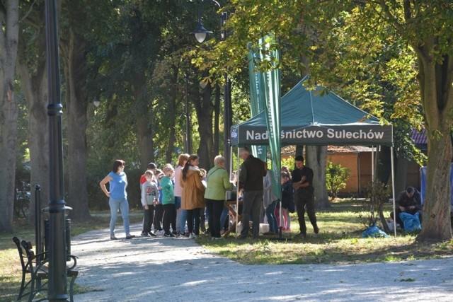 Leśnicy rozdali mieszkańcom Sulechowa ponad tysiąc drzew do nasadzenia