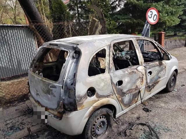 W nocy z soboty na niedziele nieznani jeszcze sprawcy spalili kilka samochodów zaparkowanych w Chełmnie.    Strażacy odebrali wezwania na dwie interwencje. -najpierw, o godz. 23.20 dostaliśmy informację, że płoną dwa auta przy ul. Fiałka - mówi Sławomir Leśniak z KP PSP. - całkiowicie ogniem objęte były opel meriva i renault kangoo zaparkowane na poboczu drogi. Stanowiło to zagrożenie dla innych aut. Te pojazdy zostały prawdopodobnie podpalone - była zbita szyba i coś wrzucone do środka.  Straty oszacowano wstępnie na 30 tys. złotych.  Z kolei godzinę później przy ul. Dominikańskiej spłonęły kolejne trzy auta.  -Ratownicy relacjonowali, że stało tam przy ulicy sześć samochodów a płonął co drugi - dodaje dyżurny strażak. - to: opel corsa, volvo V40 i Fiat seicento. Straty wyniosły 15 tysięcy złotych. -Trwają czynności wyjaśniające - mówi Anita Zielińska, p.o. oficera prasowego KPP w Chełmnie. - Śledczy szukają świadków zdarzenia, apelują też do osób, które widziały coś tej nocy, aby podzielili się informacjami.   Pogoda na dzień (15.04.2018)  | KUJAWSKO-POMORSKIE Źródło: TVN Meteo/x-news