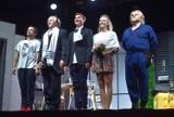 """Boberek, Pazura, Koterski, Popiel i Staszuk na scenie w Dąbiu. Spektakl komediowy """"Wąsik"""" wystawiony na Lubuskim Lecie Kulturalnym 2021"""