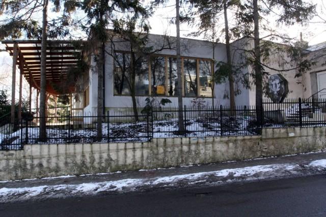 """Teren przy ul. Orłowskiej 13 po """"Maximie"""" jest dziś zaniedbany i w ruinie. Urzędnicy miejscy podkreślają, że taki stan nie może trwać wiecznie."""