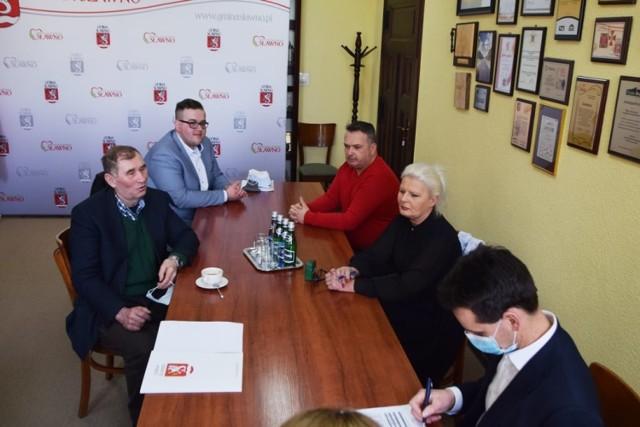 Umowę podpisano w gabinecie wójta gminy Sławno - Ryszarda Stachowiaka