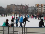 Mróz w Bytomiu : Lodowisko  na placu Sobieskiego i...przed blokiem