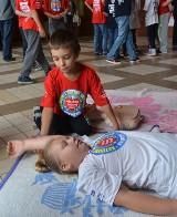 Akcja z Fundacją WOŚP na dworcu w Malborku [ZDJĘCIA]. Pierwsza pomoc jest dziecinnie prosta
