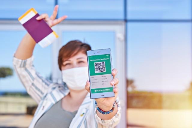 """Czym jest """"paszport covidowy"""" i jak go otrzymać? Kto może go dostać i gdzie będzie działał? Sprawdź wszystko, co powinieneś wiedzieć o Unijnym Certyfikacie Covid!  Czytaj więcej. Przesuwaj w prawo - naciśnij strzałkę lub przycisk NASTĘPNE"""