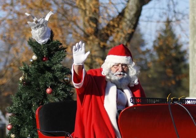 6 grudnia przypadają Mikołajki, czyli dzień, w którym wszystkie dzieci otrzymują upominki od rzekomego Świętego Mikołaja. Ale kim on jest i gdzie mieszka? Przypominamy historię tej postaci i różne teorie na temat jego miejsca zamieszkania.   Zobacz, gdzie mieszka Święty Mikołaj ----->