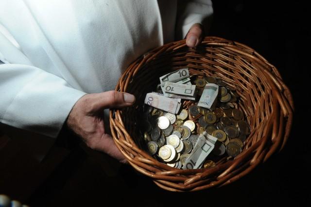 Ile w Polsce daje się na kościół? Jakie przychody i wydatki mają polskie parafie? Datki wiernych to niewątpliwie najważniejsze źródło utrzymania polskich księży i kościołów. W pandemii koronawirusa przychody kleryków znacznie jednak spadły, a ci mają na utrzymaniu kościół, a część muszą też oddawać kurii. Jakie są to konkretnie stawki? Za dobry przykład może posłużyć 16-tysięczna parafia w miejscowości Żory czy 10-tysięczna parafia w Warszawie. Proboszczowie zdecydowali się ujawnić wszelkie dane finansowe.  Czytaj dalej. Przesuwaj zdjęcia w prawo - naciśnij strzałkę lub przycisk NASTĘPNE   CZYTAJ TAKŻE:  Emerytury księży znów wzrosną! Tyle zarabiają polscy duchowni  Zarobki księży w szpitalu. Tyle zarabia kapelan szpitalny