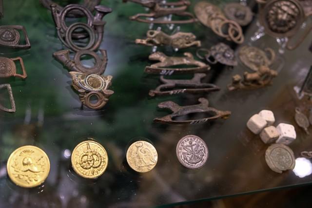 """W prywatnym muzeum """"Wojen i życia"""" Franciszka Łuckiewicza z Żar znalazła się cała kolekcja guzików napoleońskich i wiele innych artefaktów związanych z armią słynnego generała."""