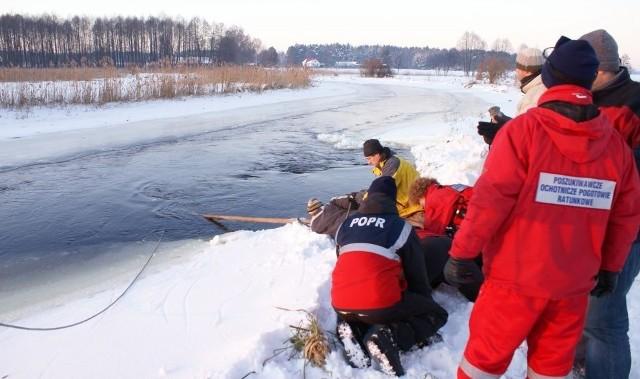 Akcja poszukiwawcza, która odbyła się w środę. W czwartek wydobyto z wody nissana z ciałem geologa.