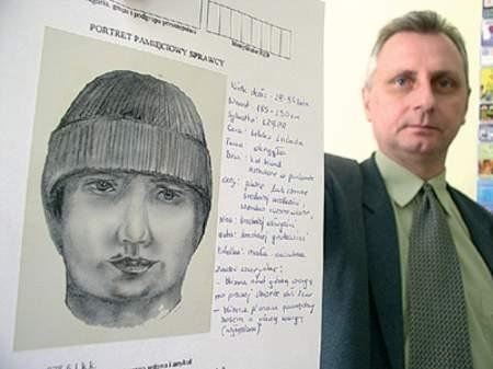Nadkomisarz Wiesław Połednik pokazuje portret pamięciowy jednego ze sprawców. Wojciech Trzcionka
