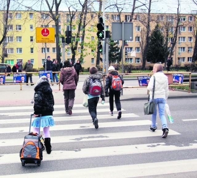 W 2010 roku mieszkańcy wywalczyli zmianę ustawienia świateł na przejściu w Chyloni.