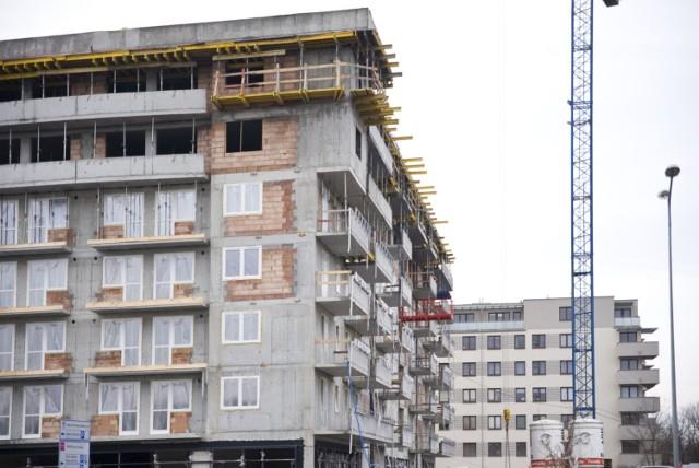 W rekordowym dotąd roku 2017 krakowscy deweloperzy oddali do użytku aż 19 tys. mieszkań, czyli prawie cztery razy więcej niż dekadę wcześniej. Rok 2018 nie był już tak owocny – wedle GUS od stycznia do listopada w Małopolsce oddano do użytku 16.355 mieszkań, na koniec roku było ich zapewne ponad 18 tys., przy czym widać wyraźnie hamowanie na budowach.