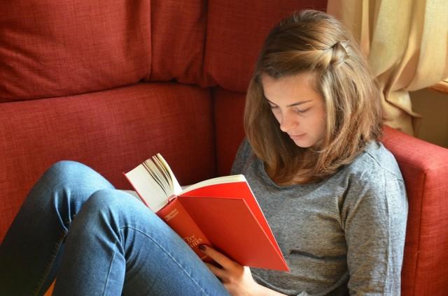 Język polski Łącznie od klasy IV do klasy VIII (przez pięć lat) uczniowie mają 800 godzin języka polskiego.  W każdym roku języka polskiego uczą się 5 razy w tygodniu.  Klasa IV - 5 lekcji w tygodniu Klasa V - 5 lekcji w tygodniu Klasa VI - 5 lekcji w tygodniu Klasa VII - 5 lekcji w tygodniu Klasa VIII - 5 lekcji w tygodniu  Przejdź do następnego slajdu -------->