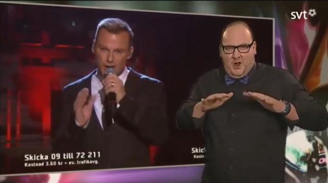 Tommy Krangh jest tłumaczem języka migowego szwedzkiej telewizji.
