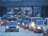 Pogoda w Łodzi. Korki przez śnieżycę w Łodzi. Główne ulice Łodzi są w fatalnym stanie! Kierowcy stoją w korkach 8.02.2021