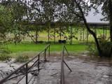 Gorlickie. Ulewy nie ustępują. W Bobowej pogotowie przeciwpowodziowe, w Brunarach nurt Białej porwał ciągnik rolniczy [ZDJĘCIA]