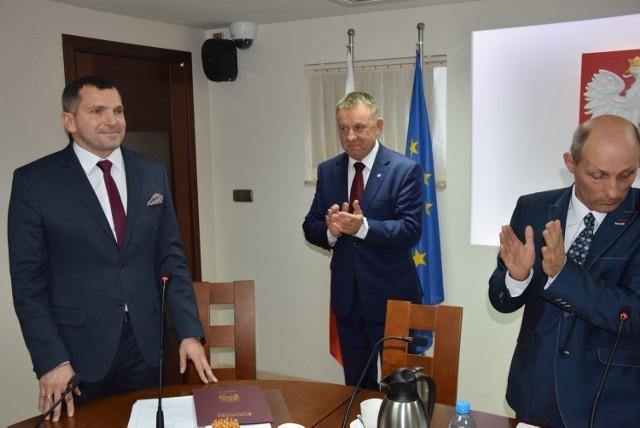 Burmistrz Pajęczna Piotr Mielczarek (z lewej) i rada miejska nie zostaną odwołani. Na zdjęciu burmistrz w towarzystwie wicewojewody Karola Młynarczyka (w środku) i obecnego przewodniczącego rady miejskiej Leszka Janeczka podczas pierwszej sesji rady w bieżącej kadencji.