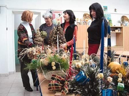 Prace oglądają Jadwiga Świerczyńska, Maria Kwiecień, Renata Oskęda i Dorota Siemiątkowska.