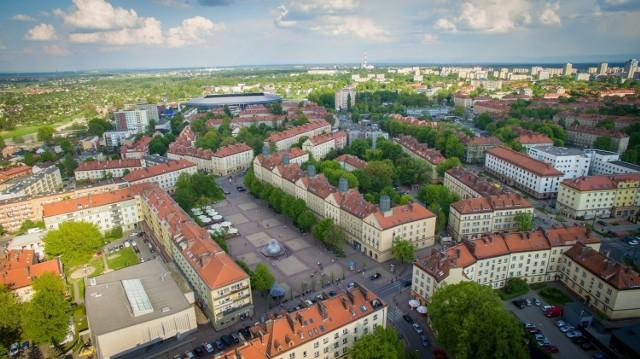 Top 10 najdroższych ulic Tychów. Tu metr kwadratowy mieszkania kosztuje najwięcej.  Zestawienie ułożone od nr 10 do 1.  Zobacz kolejne zdjęcia. Przesuwaj zdjęcia w prawo - naciśnij strzałkę lub przycisk NASTĘPNE