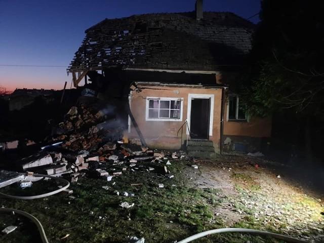 Wybuch butli z gazem w domu w Łukowicach Brzeskich. Z płonącego budynku uratowano starszą kobietę. Konstrukcja zniszczona