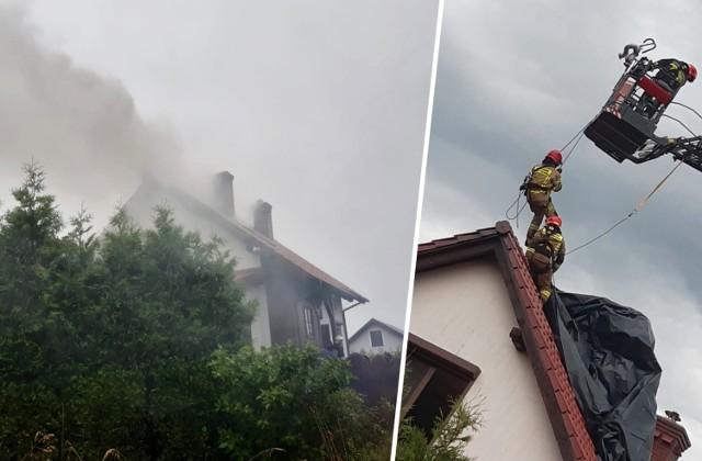 W Samociążku (gmina Koronowo) piorun uderzył w dom. Na miejsce wysłano straż pożarną - w sumie siedem zastępów z OSP Koronowo, OSP Gościeradz i JRG-3 Bydgoszcz.   ▶ Strażacy z Koronowa udostępnili zdjęcia z akcji. Więcej zdjęć w galerii ▶