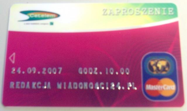 Zaproszenie na konferencję prasową przypominało kartę kredytową