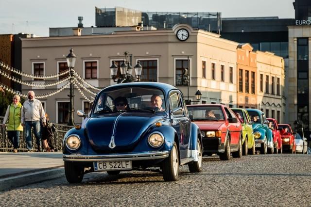 W poniedziałek, 19 kwietnia, z okazji 675. rocznicy nadania Bydgoszczy praw miejskich, ulicami miasta przejechały zabytkowe pojazdy. Urodzinowy korowód wyruszył spod Młynów Rothera na Wyspie Młyńskiej.   Wśród kilkudziesięciu pojazdów, które mogliśmy podziwiać na bydgoskich ulicach, było wiele motoryzacyjnych perełek.