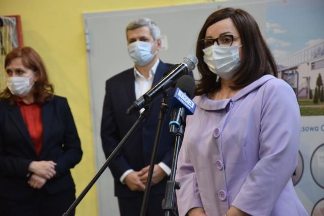 Następne punkty będą otwierane sukcesywnie w miarę dostarczanych szczepionek – zapowiadała na oficjalnym otwarciu jarosławskiego punktu szczepień powszechnych, wicewojewoda Jolanta Sawicka.