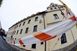 Gubiński Dom Kultury wciąż czeka na remont. Ściana zabytkowego budynku po byłym ratuszu w Gubinie sypie się. Naprawy w przyszłym roku?