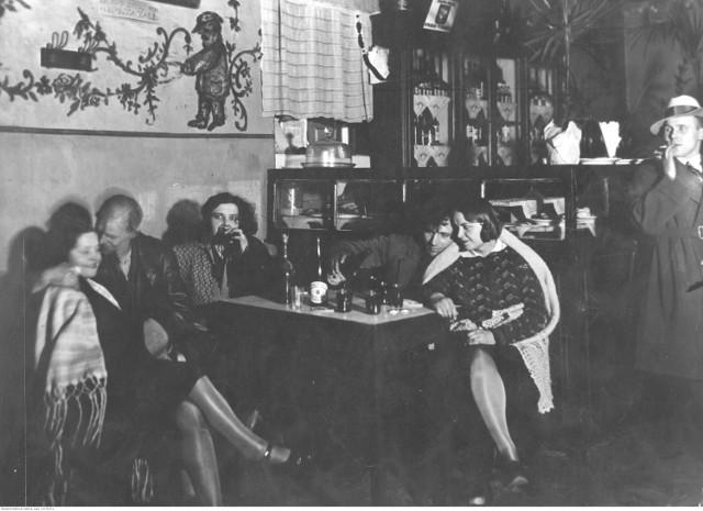 Kto jadał w przedwojennych restauracjach? Porównując ówczesne ceny z poziomem zarobków łatwo uzyskamy odpowiedź na to pytanie. Robotnik pobierał 40 złotych miesięcznego wynagrodzenia. Obiad za 4 złote to 10 procent jego miesięcznej pensji. Nieco taniej było w kawiarniach, gdzie ciepły posiłek zjeść można było za 50-60 groszy. Kto zatem jadał w Bristolu, Adrii czy Savoyu? Na przykład, wojskowi, których pensje mogły sięgać nawet 3 tysięcy złotych. Pracownik umysłowy mógł liczyć na niecałe 300 złotych pensji, a zarobki rzędu 200 złotych były marzeń wielu ówczesnych Polaków. Za cenę dania w warszawskiej restauracji mogliśmy kupić w stolicy kilogram masła (3,62 zł w 1939 roku), kilogram jajek (1,80 zł w 1939 roku) lub kilogram cukru (1,5 zł).  W jakich restauracjach się jadało? O tym więcej na następnych kartach --->