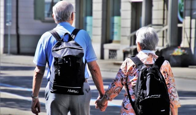 W Polsce od października 2017 r. obowiązuje ustawa o obniżonym wieku emerytalnym. Nowe prawo wywołało szereg kontrowersji – podczas gdy u nas wiek emerytalny się obniża, prawie w całej Europie jest on podwyższany. Dzieje się tak z kilku względów:  1. Przede wszystkim rośnie długość życia – zarówno mężczyzn, jak i kobiet. Kiedyś emeryci obciążali system emerytalny krócej, ponieważ umierali wcześniej.  2. W wielu krajach kultury zachodniej rodzi się bardzo mało dzieci. Kiedy dorosną, nie będą w stanie utrzymać tak dużej ilości emerytów.  ZOBACZ, jaki jest wiek emerytalny w wybranych krajach!  Źródło: Serwis emerytalny Rp.pl, dane na 2018 r.