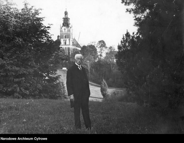 Założyciel fundacji Bogdan Hutten-Czapski przed kościołem parafialnym w Smogulcu.