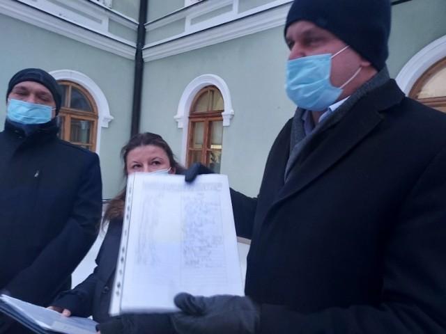W ciągu dwóch  dni zebrali  tysiąc podpisów pod pismem, w którym wyrażają sprzeciw przeciwko planom względem szkoły.  od lewej: Marcin Grębowiec, przewodniczący Rady Rodziców w Szkole Podstawowej numer 2, Anna Pawlak, członkini Rady Rodziców i Grzegorz Rogusz, wiceprzewodniczący Rady.