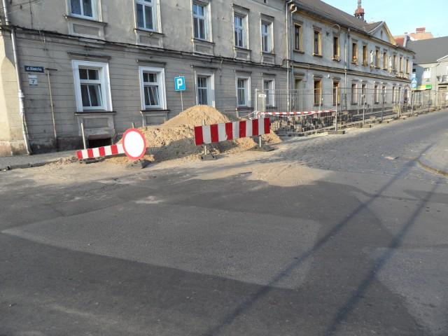 Wykopy na ulicy Gliwickiej w Tarnowskich Górach, gdzie powstaje nowa sieć ciepłownicza