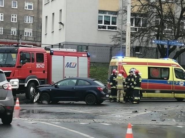 Do zderzenia osobówek doszło u zbiegu ulic: Jancarza, Sikorskiego i Estkowskiego.