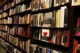 Noc Księgarń 2021. Wyjątkowa akcja literacka po raz kolejny w Warszawie. W programie spotkania z autorami, koncerty i kiermasze