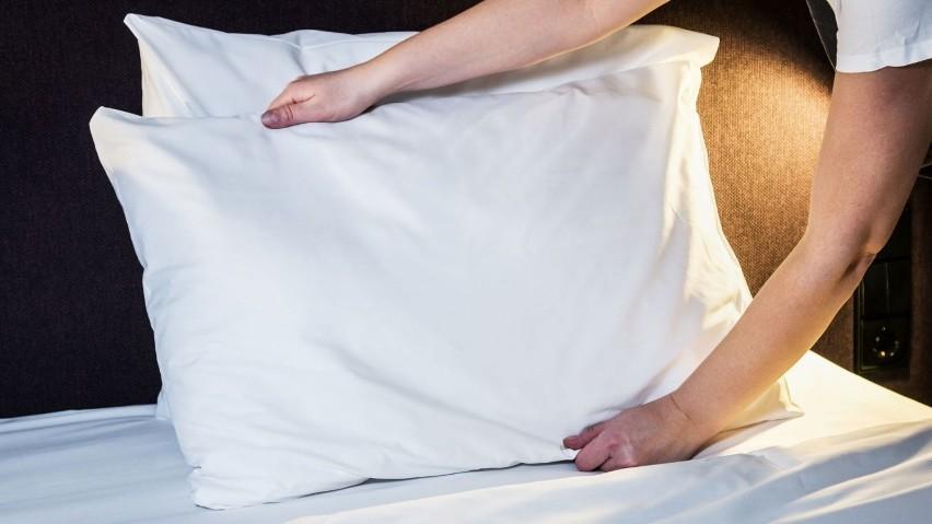 Szybkie zasłanie łóżka to 11 kalorii. Intensywne sprzątanie...