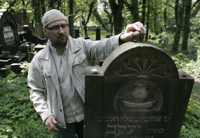 Dariusz Walerjański od dawna opiekuje się kirkutami (na zdjęciu ten z Zabrza), bada ich historię, jak i Żydów na Górnym Śląsku