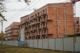 Znikają baraki, a rosną mieszkania komunalne. Przy Opolskiej w Poznaniu będzie ich ponad tysiąc. Zobacz zdjęcia z budowy