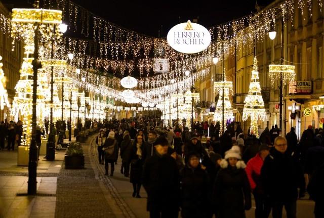 Najbliższy weekend to ostatnie dni na świąteczny spacer ulicami Krakowskiego Przedmieścia i Nowego Światu. - Dekoracje zgasną po dwóch miesiącach ozdabiania stolicy - poinformowali przedstawiciele warszawskiego ratusza.   Jak czytamy w oficjalnym komunikacie urzędu miasta - światełka rozbłysły 7 grudnia, rozpoczynając okres świąteczny w Warszawie. Główną osią iluminacji był Trakt Królewski – od placu Zamkowego przez Krakowskie Przedmieście, Nowy Świat, plac Trzech Krzyży i Aleje Ujazdowskie aż do Belwederu, iluminacje zabłysły także na Pradze. Łączna długość tegorocznych instalacji to ponad 20 km.