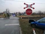 Wypadek w Tarnobrzegu. Zderzenie samochodu osobowego z szynobusem. Kierowca zbiegł z miejsca zdarzenia. Zobacz zdjęcia