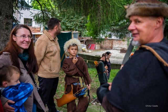 Widok kuglarzy, rycerzy i łuczników w Tarnowie w sobotę (25.09) nikogo nie dziwił