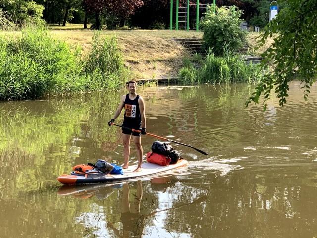 Krzysztof Grzechowiak płynie z Bydgoszczy do Berlina, aby pomóc w zbiórce pieniędzy na ratowanie życia Amelki Motenko z Warszawy